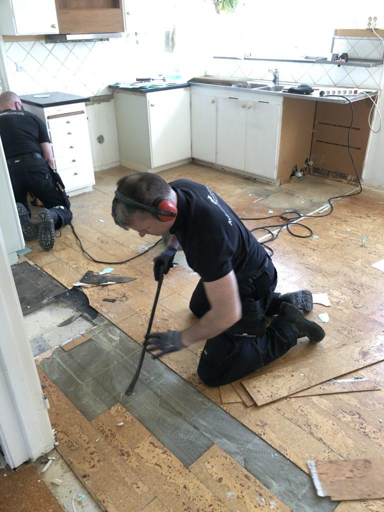 installera-ventileratgolv-rivning-golv-ventilera-golv-stockholm-lukter-från-golvet-